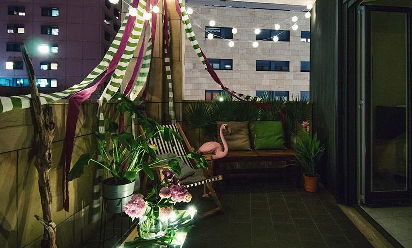 Arredo terrazzo in stile tropicale con luci led