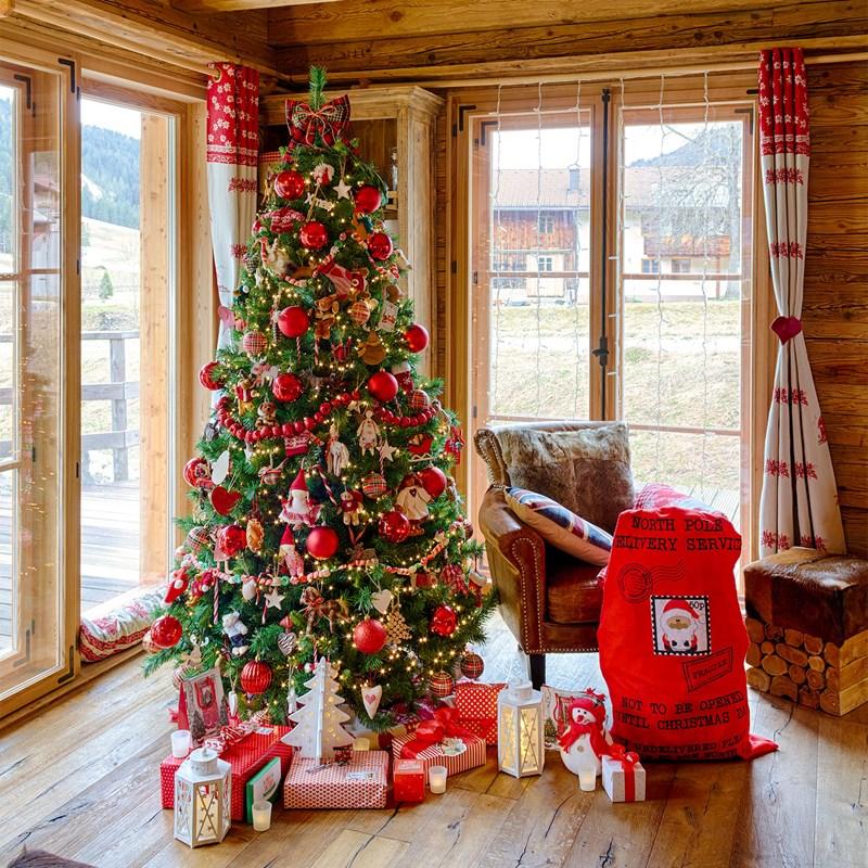 Albero di Natale decorato in rosso con pacchi regalo