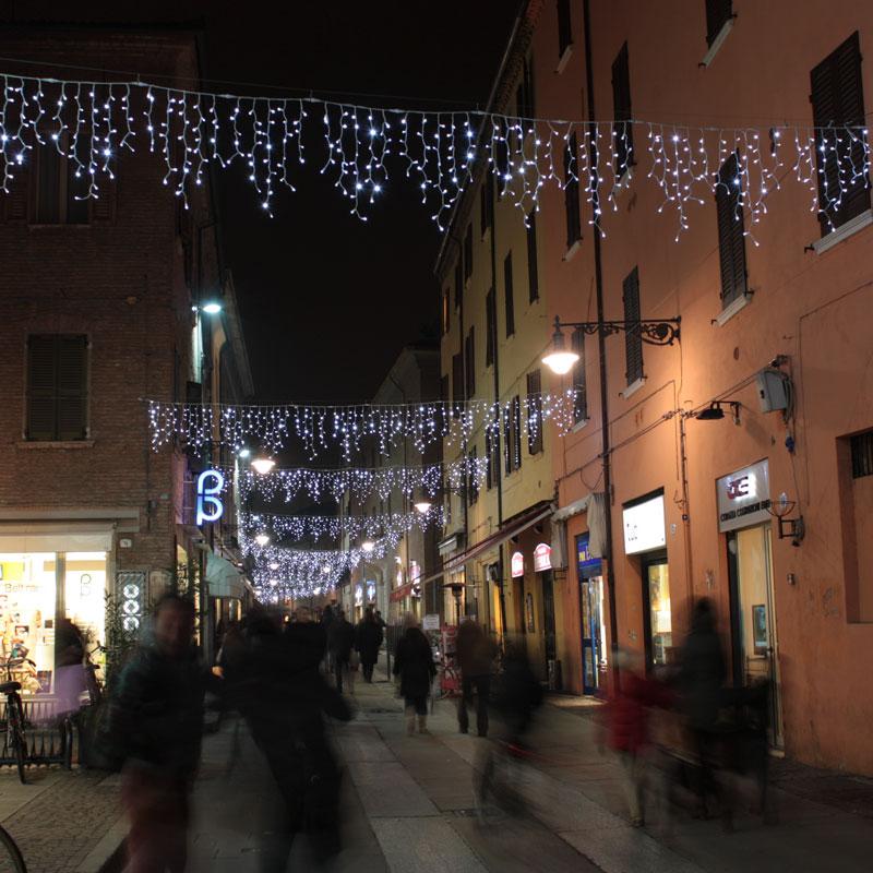 Cortina de luces que decoran las calles en Navidad