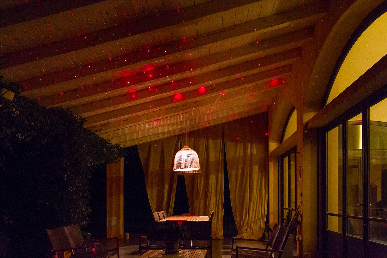 Porche iluminado con el proyector láser de puntos rojos