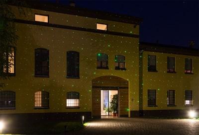 Fachada de la casa decorada un miles de puntos láser