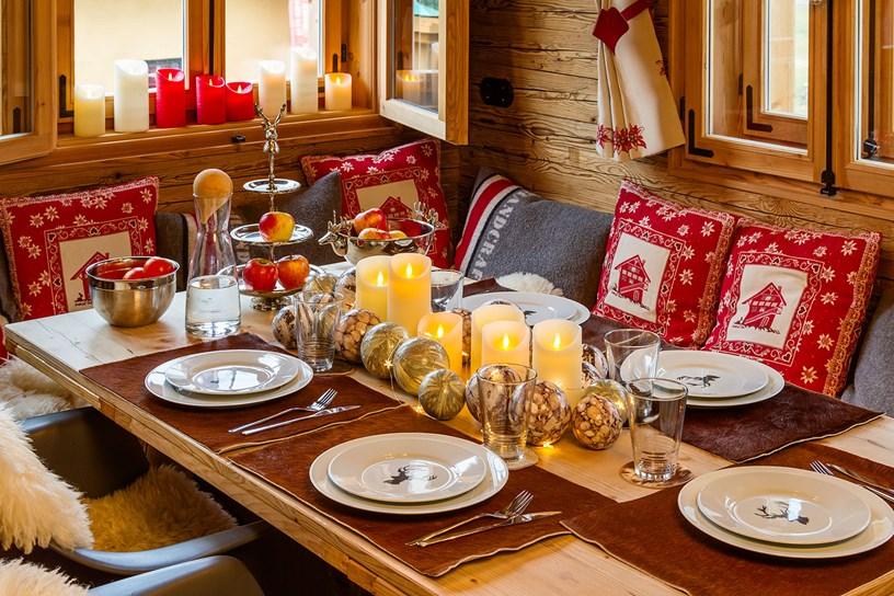 Weihnachtstafel mit Lichtern und Silberdeko