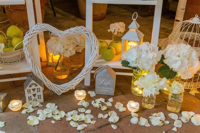 Tableau Mariage mit LED-Kerzen und Laternen
