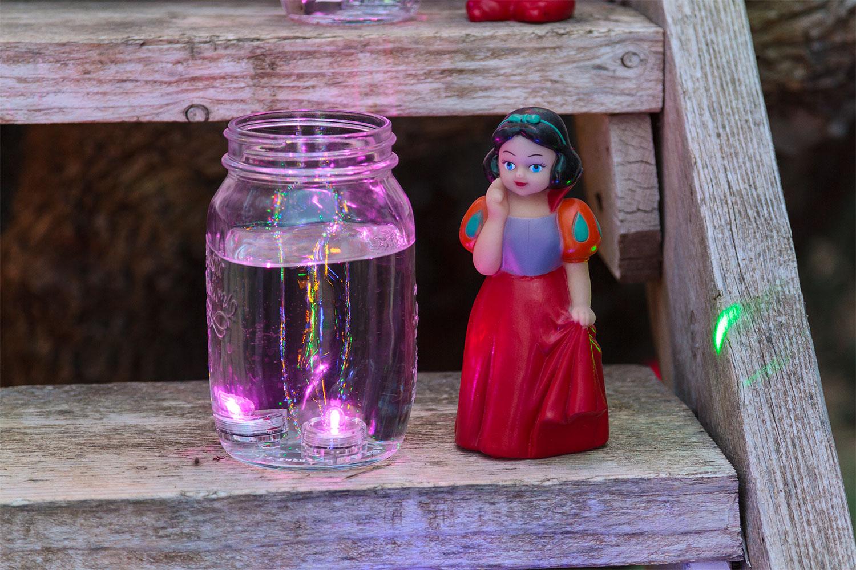 Lumieres colorees dans des pots en verre pour une fete d enfants