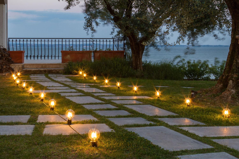 Idee Per Illuminare Un Giardino idee giardino: come decorare un vialetto con le luci