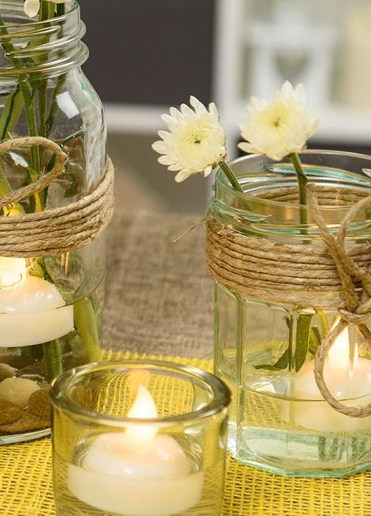 Vasetto d'acqua con candele e juta