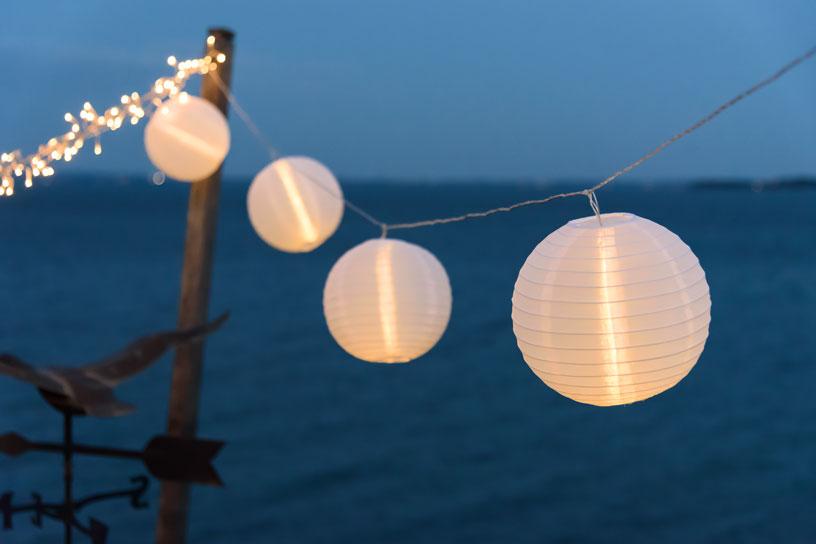 Luci e lanterne cinesi per una festa in piscina