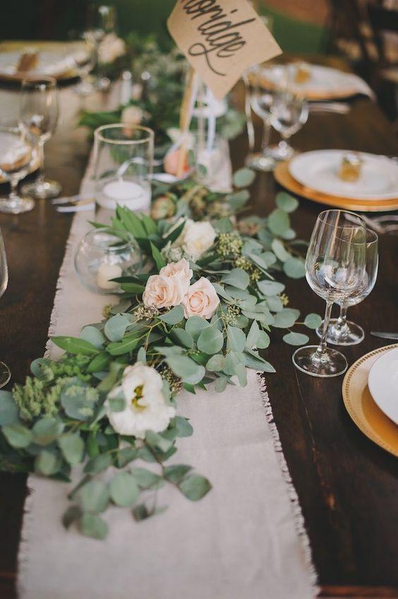 Centre de table avec des branches d eucalyptus
