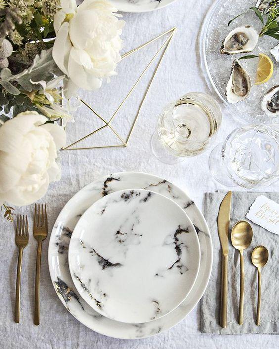 Centre de table avec des fleurs blanches et formes geometriques