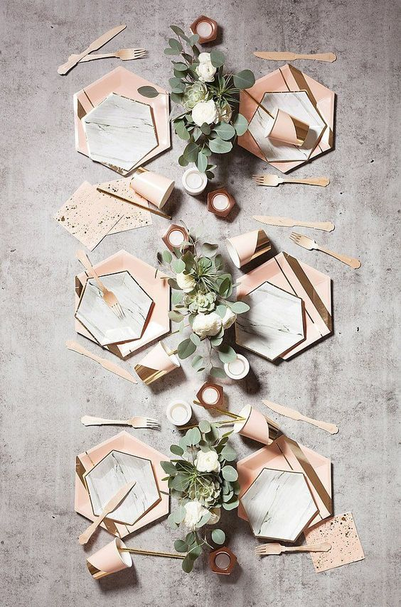 centre de table au formes geometriques marbre et couleur cuivre