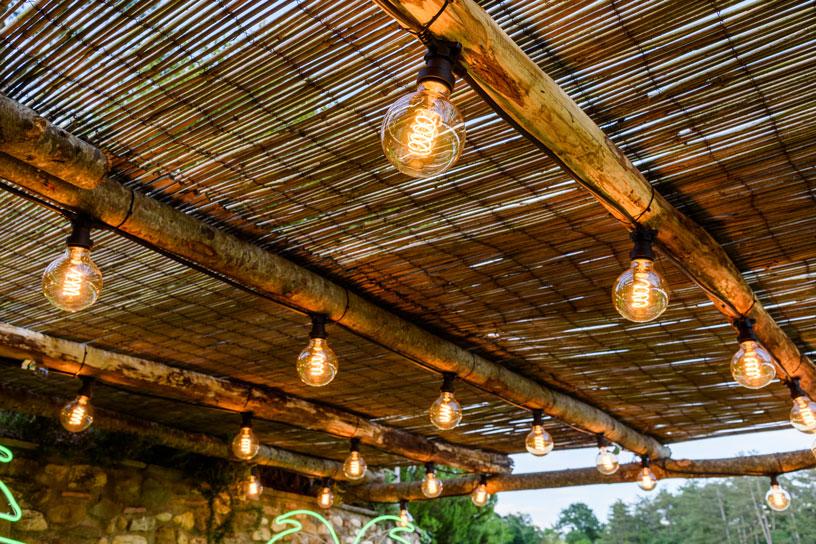 Catene di lampadine per una festa in piscina