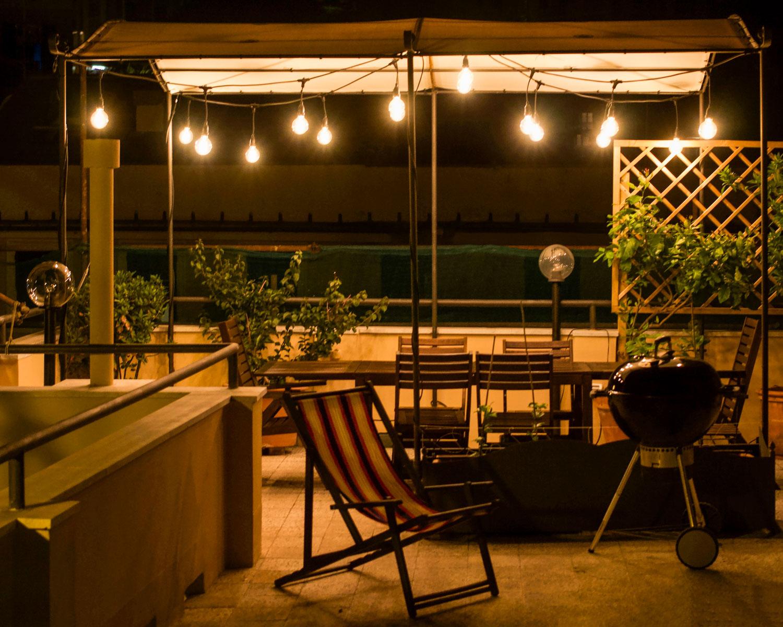 festa in terrazza con lampadine vintage