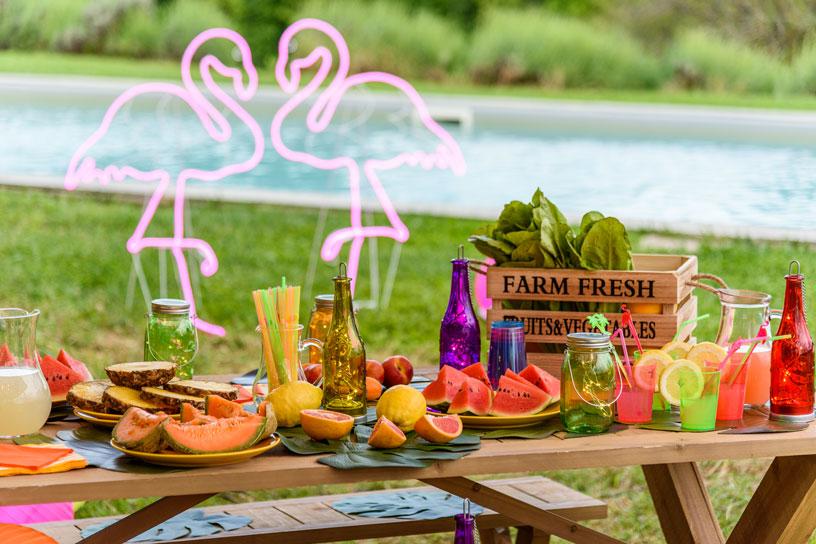 Tavolo buffet di una festa hawaiana in piscina