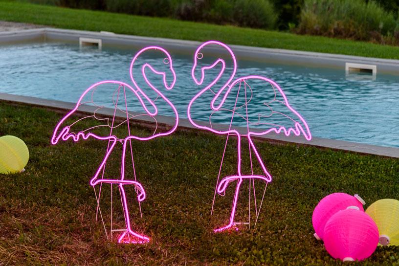 Fenicotteri neon rosa per una festa in piscina
