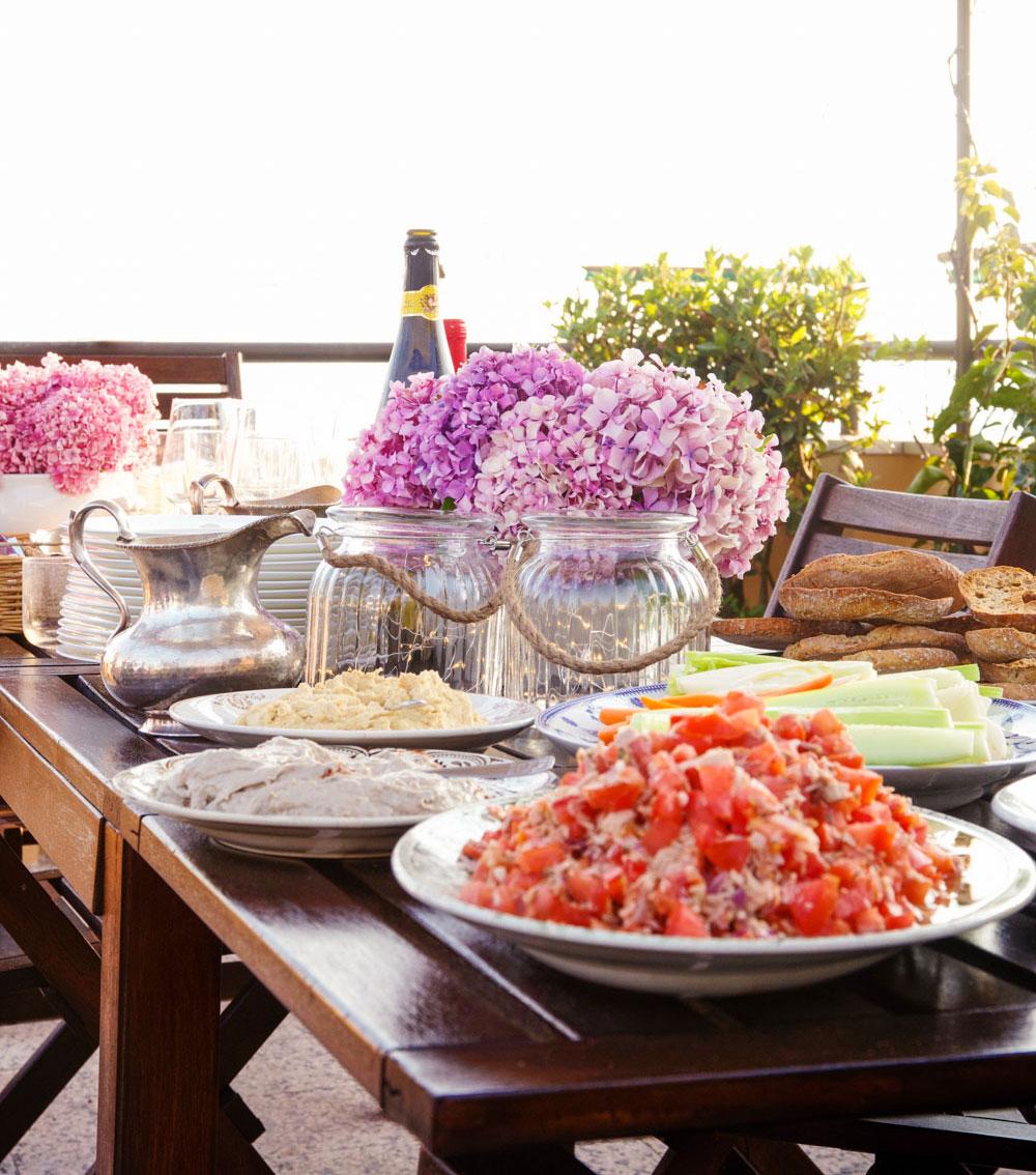 tavola estiva apparecchiata per festa in terrazza