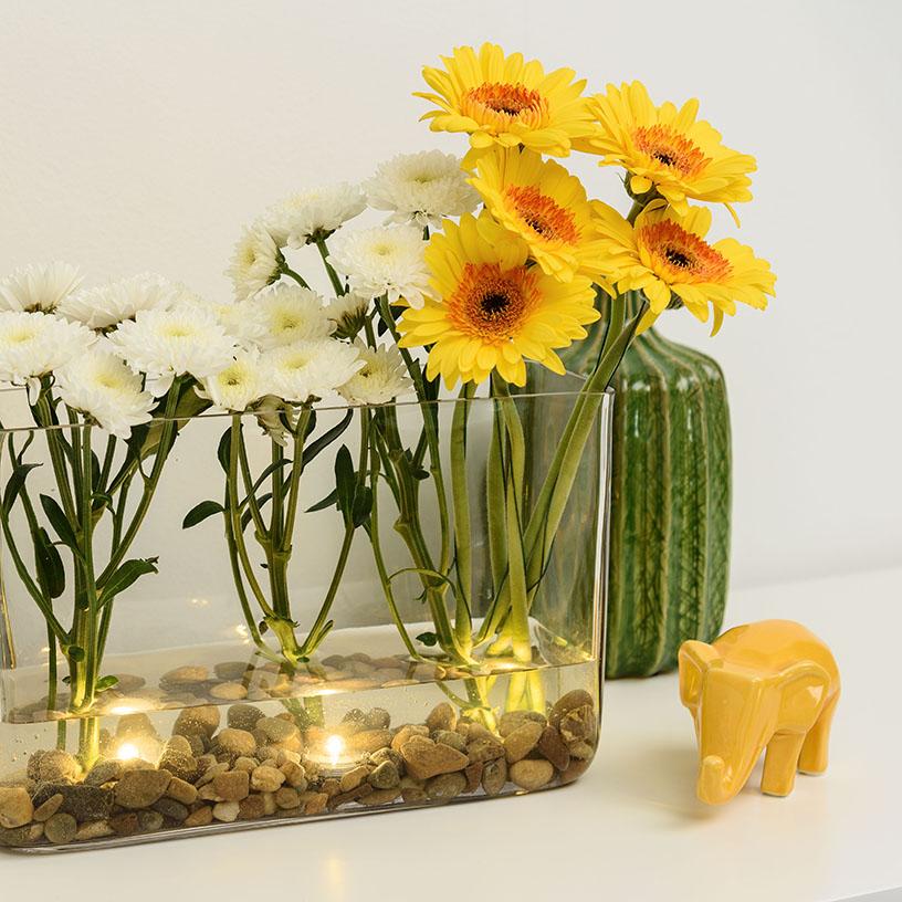 Composizione floreale in vaso trasparente fai da te con candele led