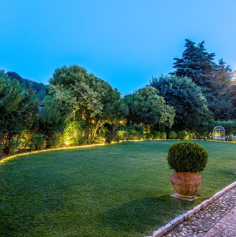 Guirnaldas de luces para decorar boda en el jardín